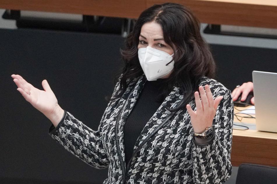 Dilek Kalayci (SPD), Gesundheitssenatorin, gestikuliert bei einer Plenarsitzung des Berliner Abgeordnetenhauses.