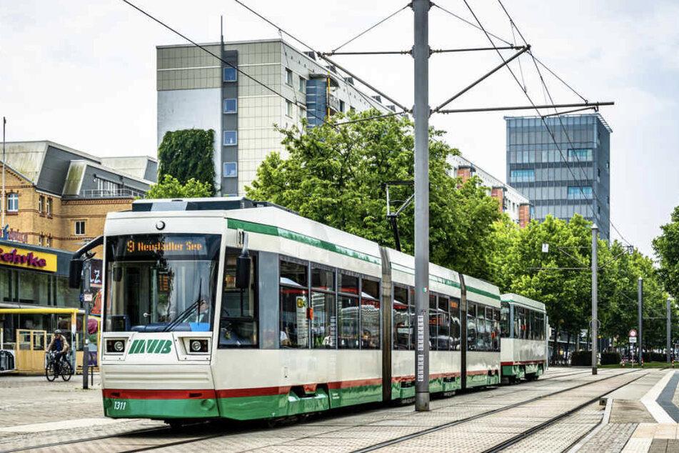 Vulgäre Gesten und Beleidigungen: 27-Jährige in Straßenbahn sexuell belästigt