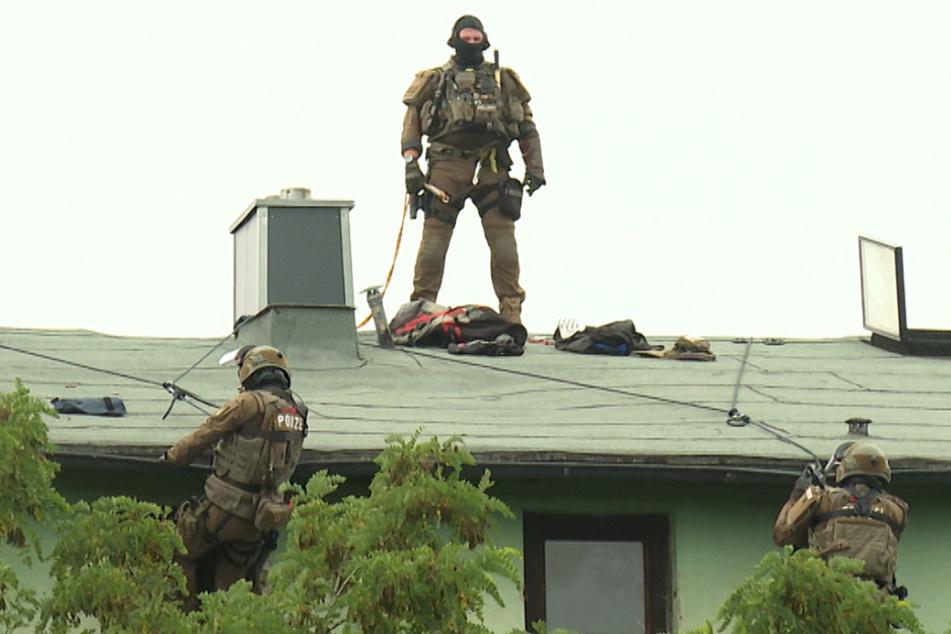 SEK seilt sich vom Dach ab und nimmt Hundehalter fest