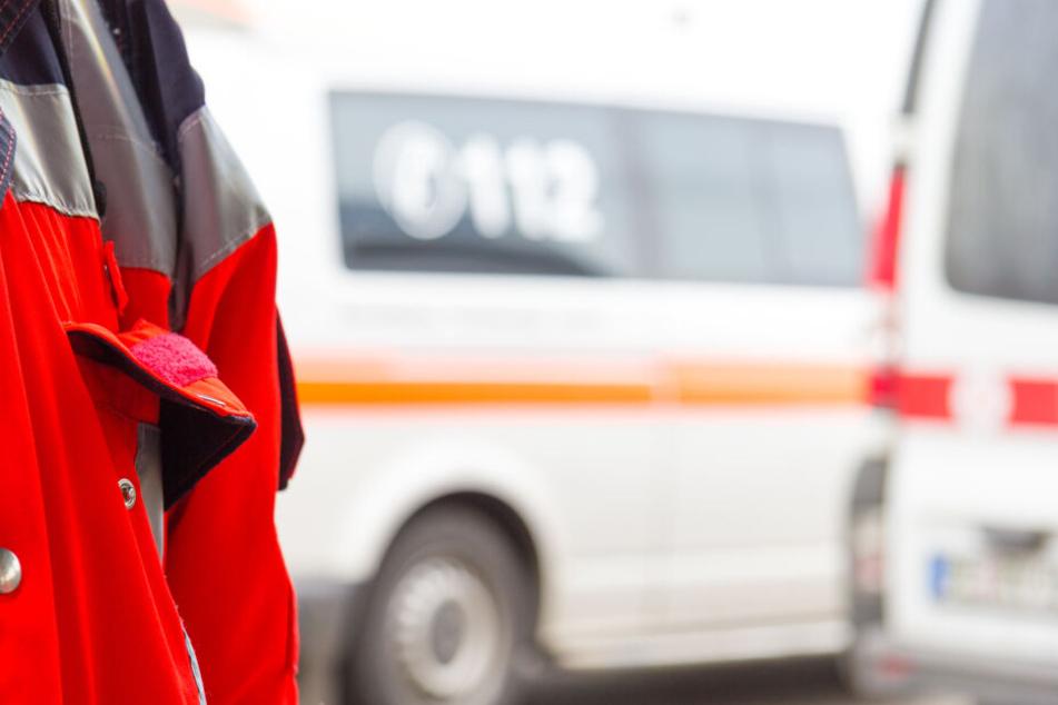 Rettungskräfte brachten den Mann schwer verletzt in eine Klinik (Symbolbild).
