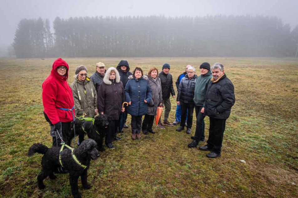 Grünen-Stadtrat Bernhard Herrmann (2.v.r., 53) und Unterstützer der Petition stehen vor dem bedrohten Waldstück.