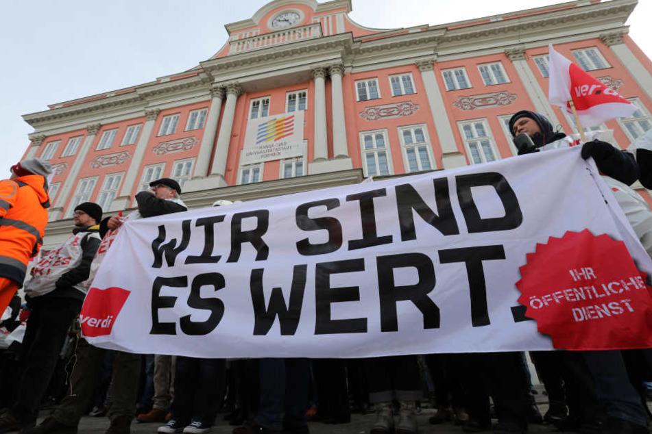 Die Gewerkschaft Verdi fordert sechs Prozent mehr Geld für die Beschäftigten von Kommunen und Bund, für untere Gehaltsgruppen mindestens 200 Euro mehr.