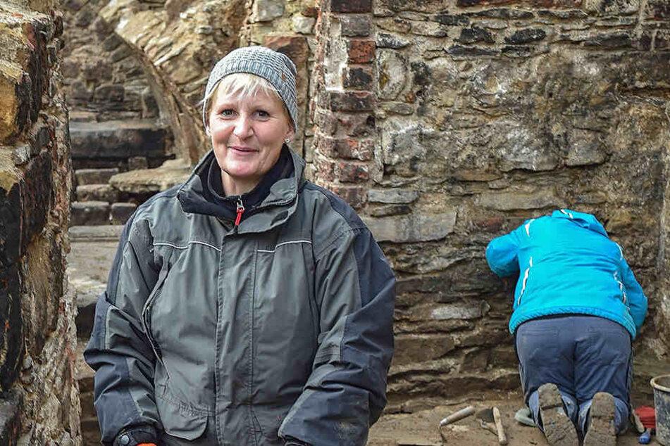 In diesem Keller legt Grabungsarbeiterin Katrin Ruffani (49) Reste eines 800  Jahre alten Holzhauses frei.