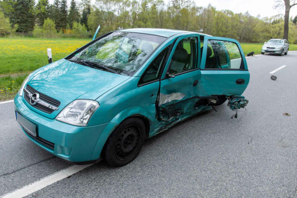 Bei dem Crash wurden insgesamt drei Personen verletzt.