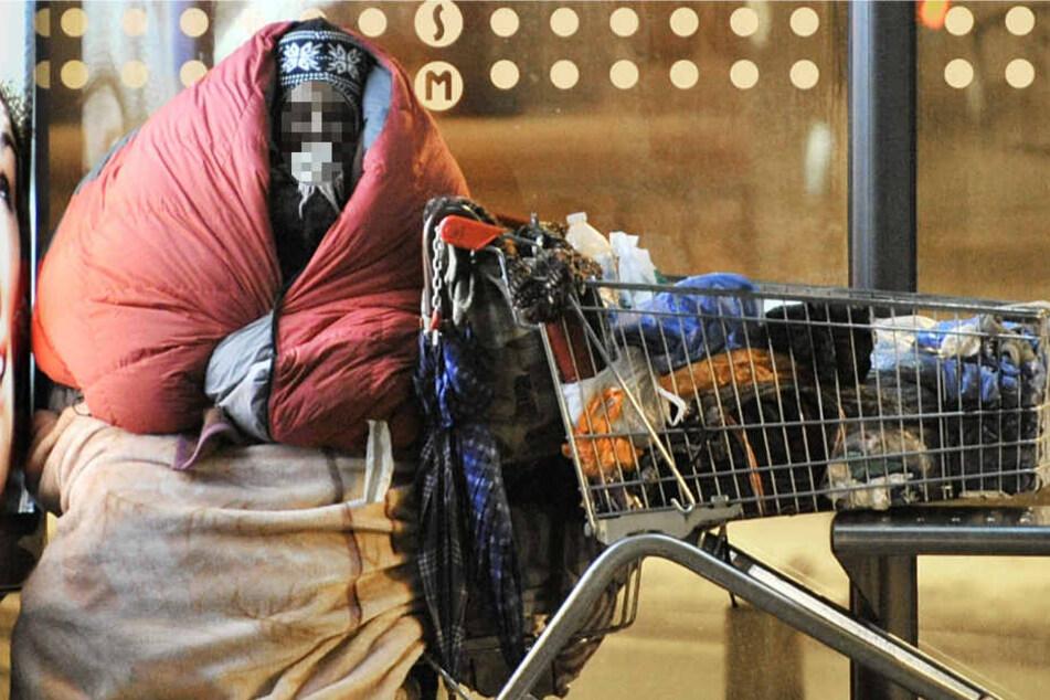 Eine obdachlose Frau trotzt in Frankfurt der Kälte (Archivbild).