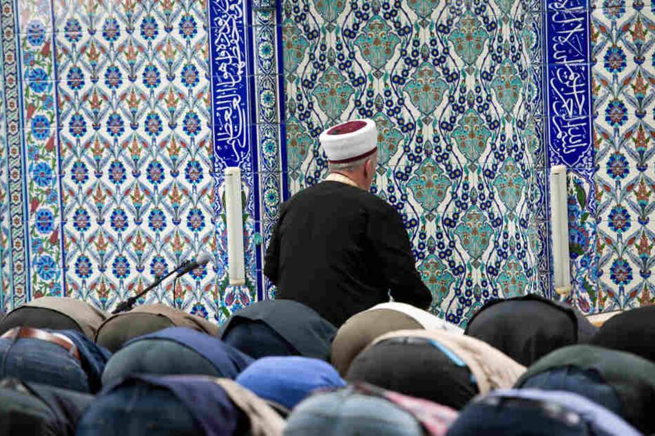 Muslime beten im Gebetsraum der DiTiB-Moschee in Stuttgart. (Symbolbild)