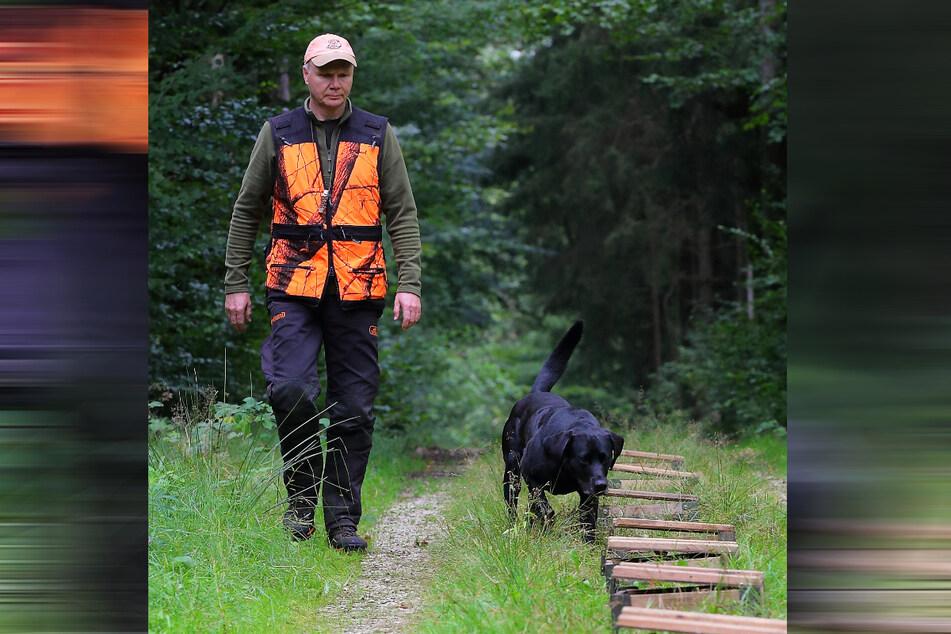 Geschafft! 30 Ausbildungstage hat Torsten Rietzschels (60) Labrador Robby (5) hinter sich.