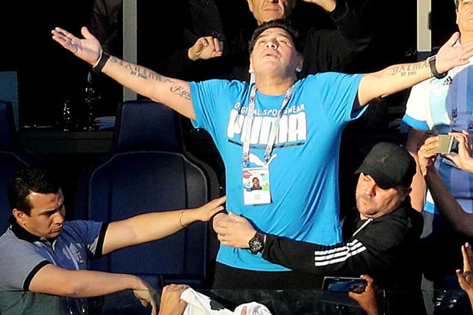 Mit theatralischen Gesten sparte Diego Maradona auf der Tribüne nicht, als er das Argentinien-Spiel gegen Nigeria verfolgte.