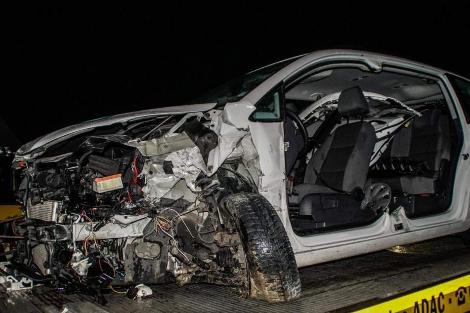 Der Aufprall führte dazu, dass der Fahrer komplett in dem Fahrzeug eingeklemmt wurde.