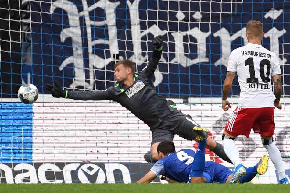 Sonny Kittel erzielt mit einem Schuss aus wenigen Metern das 2:0. Den Karlsruhern blieb nur das Nachsehen.