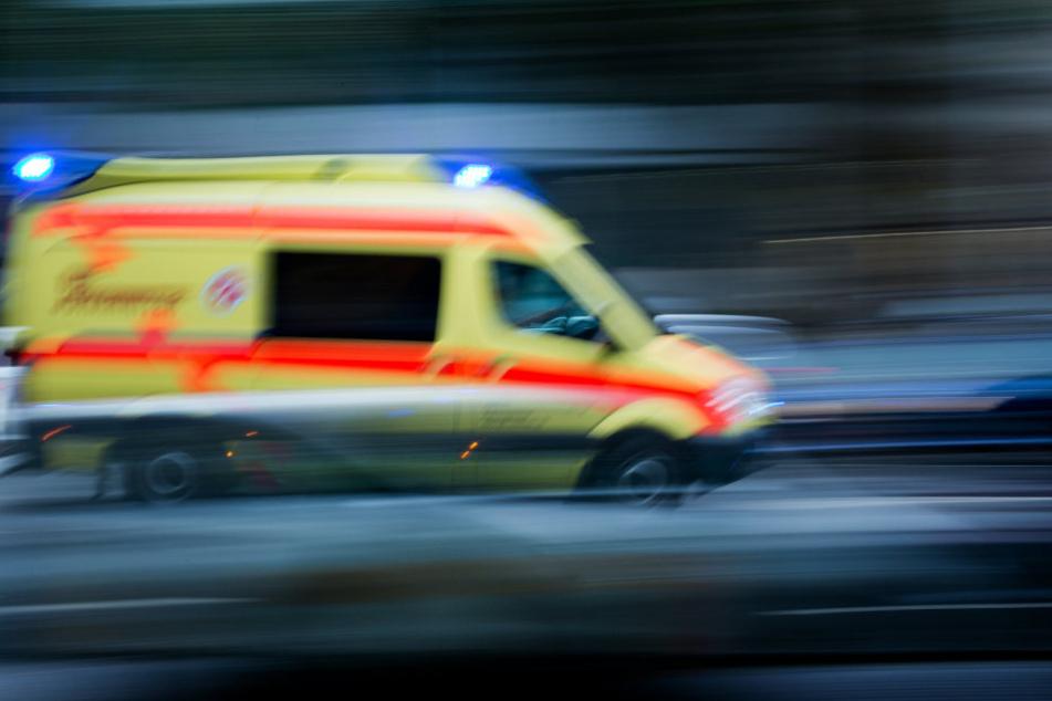 Feuerwehr und Notarzt befreiten den Verletzten aus der Böschung und kümmerten sich um ihn.