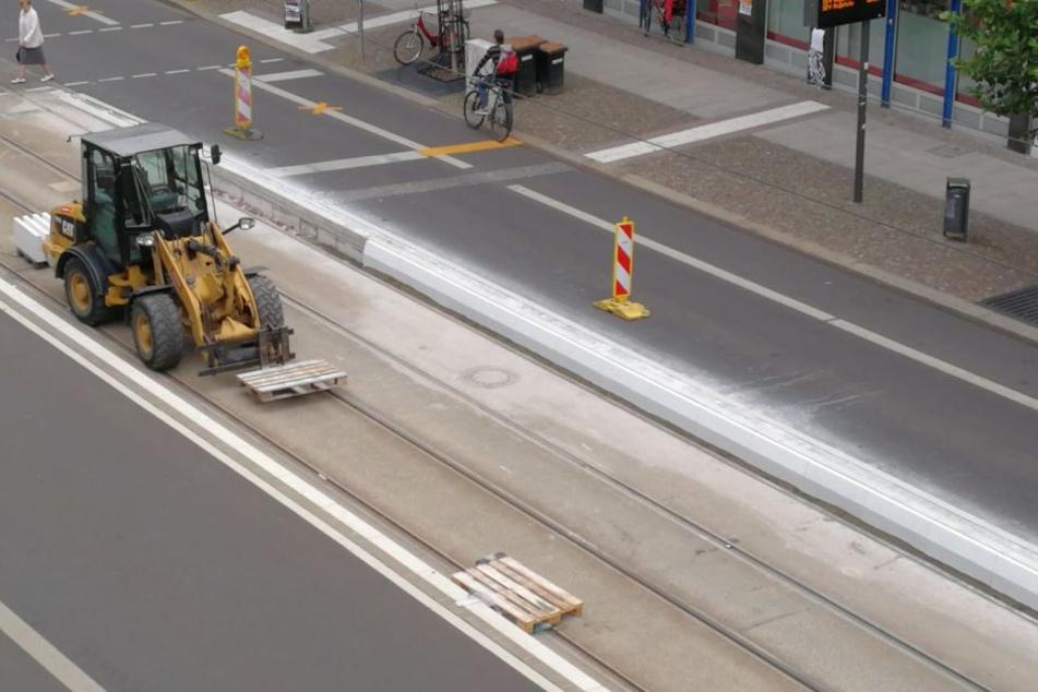 Mit Baggern und Kränen wurden die neuen Betonteile an der Bahnsteigkante der Haltestelle Hohe Straße eingesetzt.