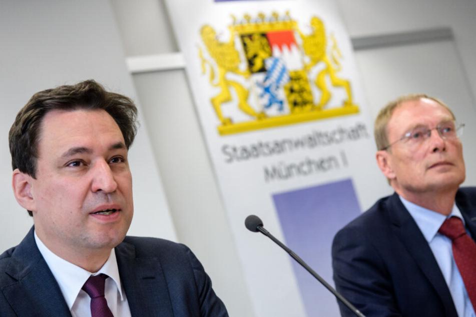 Georg Eisenreich (CSU, l), Justizminister von Bayern, spricht auf einer Pressekonferenz der Staatsanwaltschaft München I zu zehn Jahren Schwerpunktstaatsanwaltschaft Doping neben Hans Kornprobst, Oberstaatsanwalt.