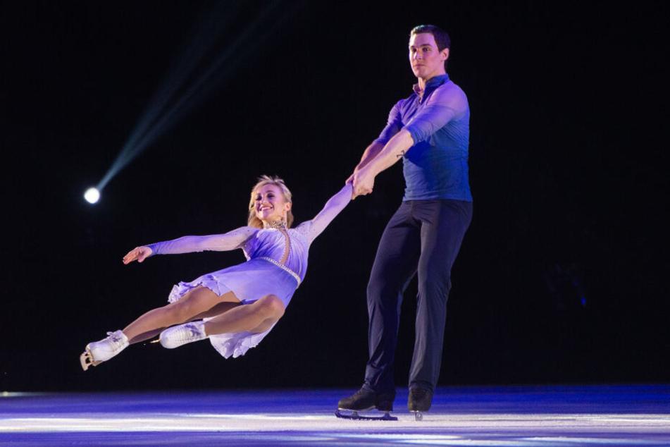 """Aljona Savchenko und ihr Eislaufpartner Bruno Massot zeigten bei der """"Emotions on Ice""""-Show ihre Gold-Kür von Olympia."""