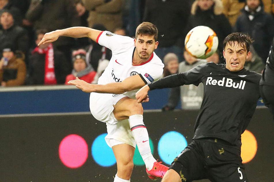 Frankfurts Andre Silva (l.) erzielte den Treffer zum 2:2-Endstand gegen Salzburg.