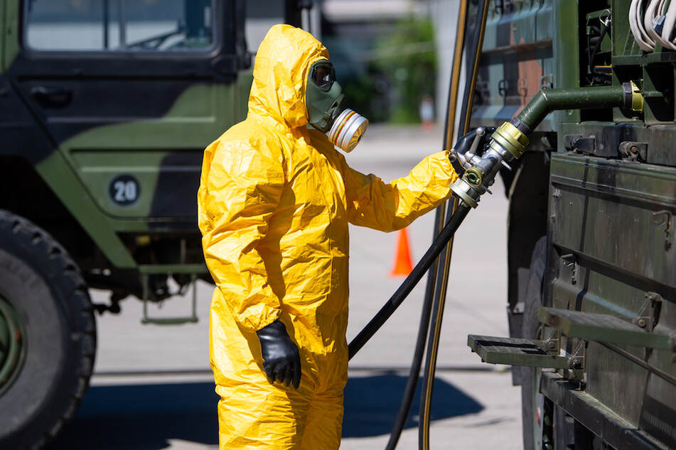 Soldat des ABC-Abwehrkommandos stellt auf dem Gelände der Universität der Bundeswehr Desinfektionsmittel her.