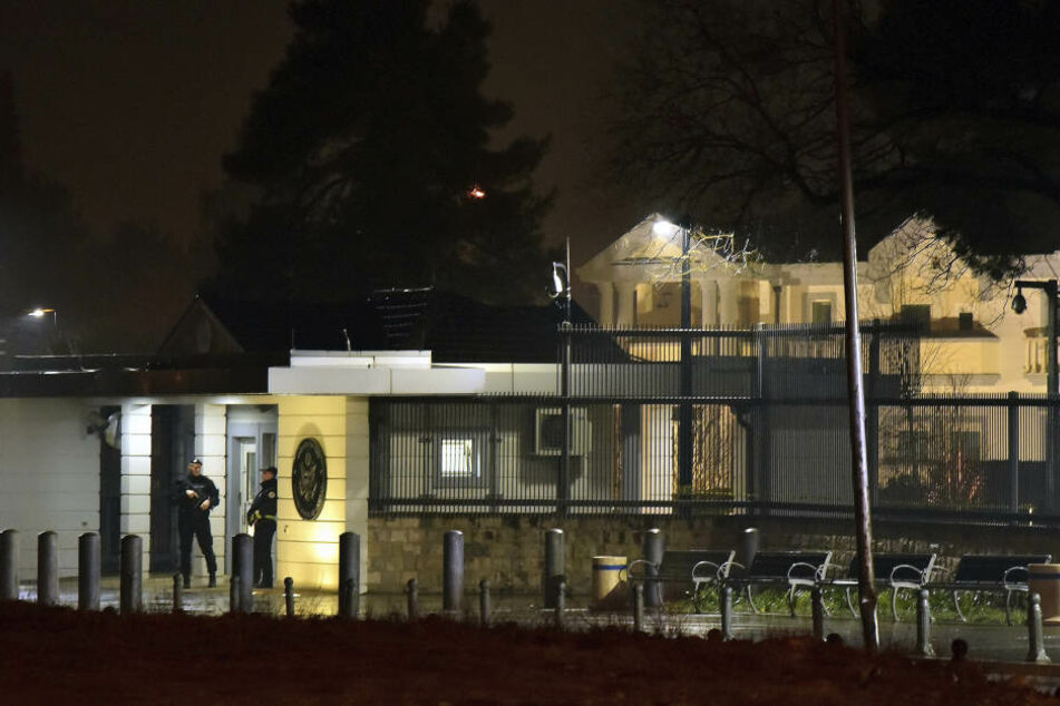 Einsatzkräfte der Polizei sichern die Umgebung der US-Botschaft in Montenegros Hauptstadt Podgorica.