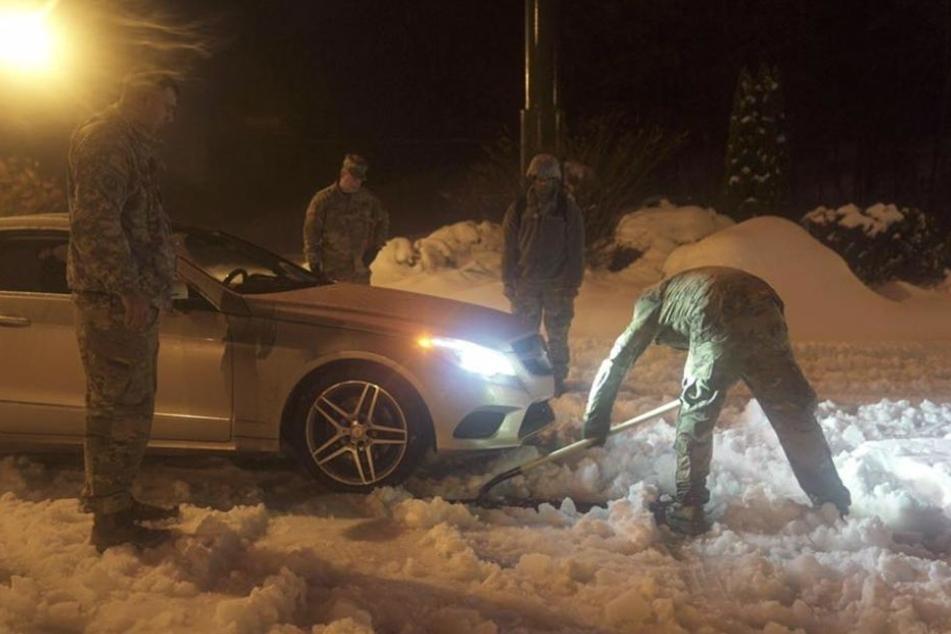 Die Offiziere helfen einem Autofahrer.
