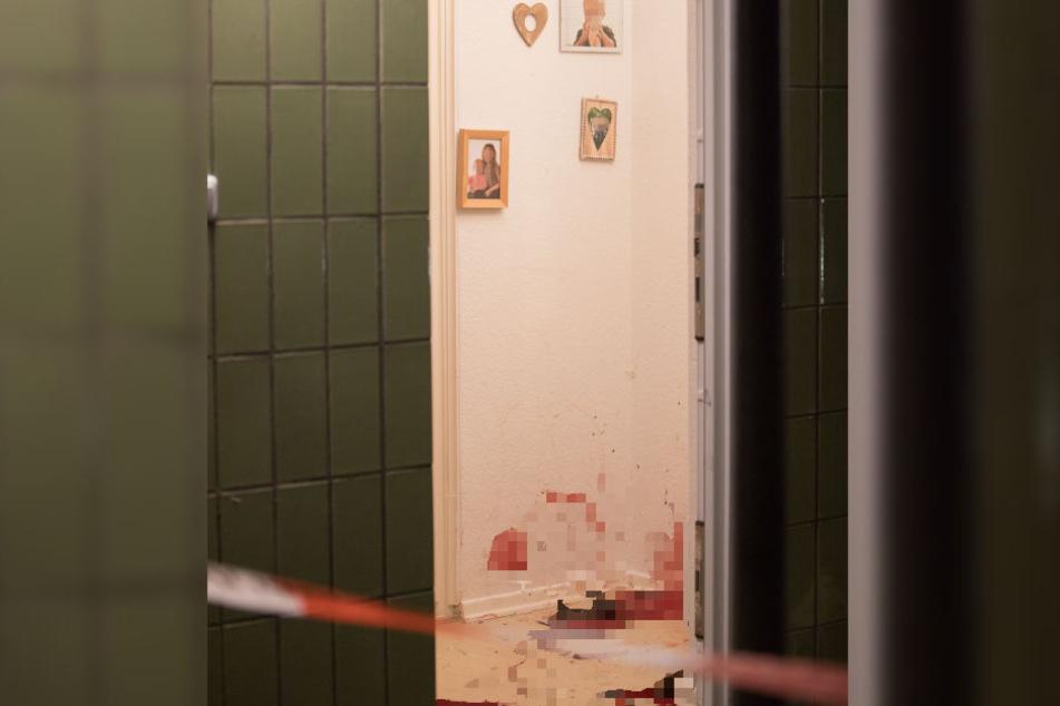 Der Tatort in Langenhorn: Im Flur hängen Familienfotos, darunter ist alles voll Blut.