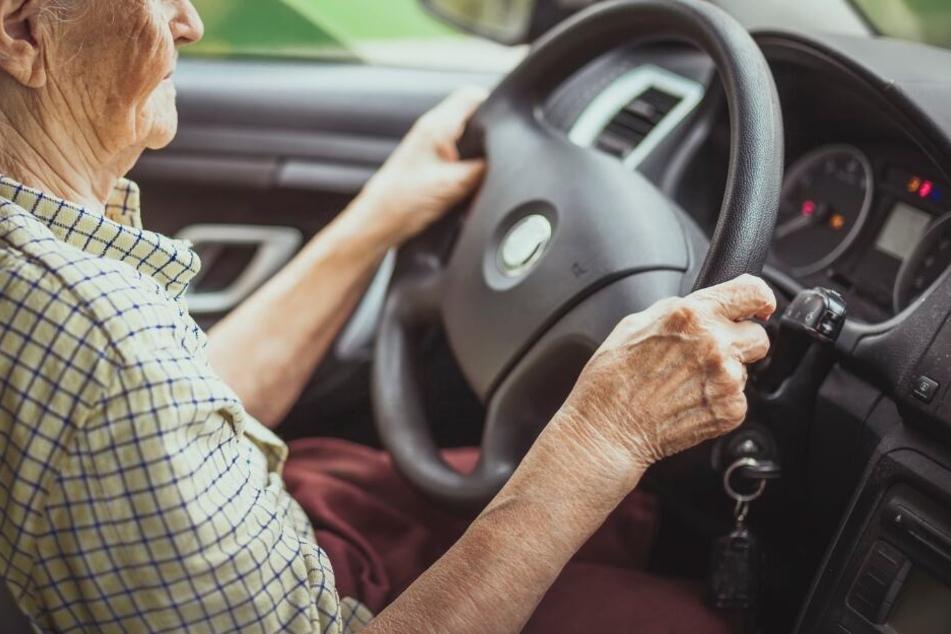 Die Seniorin wurde wegen wiederholten Fahrens ohne Führerschein zu einer Bewährungsstrafe verurteilt (Symbolbild).