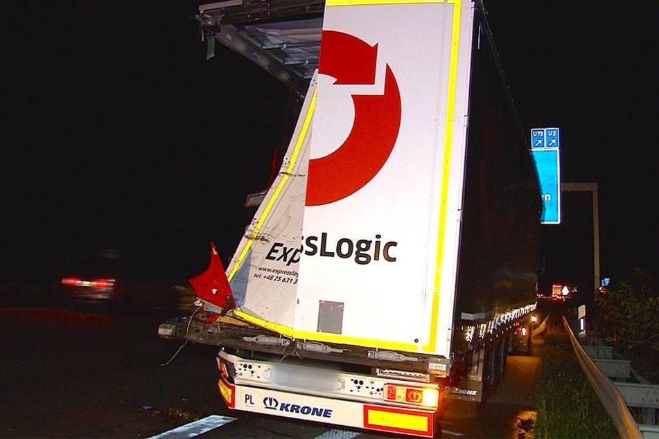 Der mit Gewürzgurken beladene Lkw wurde auf der linken Seite aufgeschlitzt.