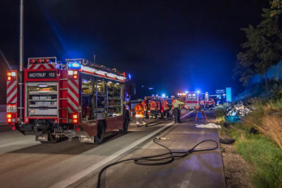 Einsatzkräfte in der Nacht an der Unfallstelle.