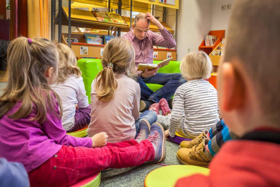 Vorlesetag in der Stadtbibliothek: Im vorigen Jahr las Bundestagsmitglied Detlef Müller (55, SPD) Kindern der Kita Wiesenstraße Kurzgeschichten vor.
