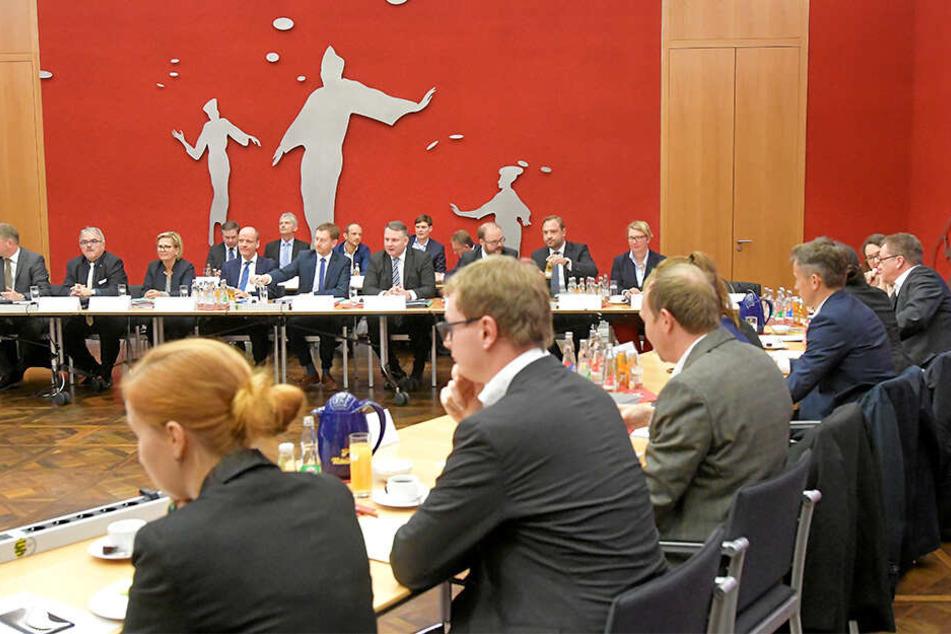 Je zehn Vertreter der drei Parteien tagen in der großen Runde - wie gestern zum Auftakt im Dresdner Ständehaus.