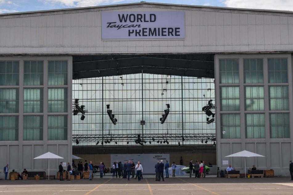 Die deutsche Taycan-Premiere fand in einem Hangar in Neuhardenberg (Brandenburg) statt.