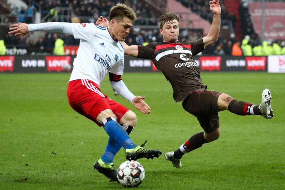 Im Derby ließ Hamburgs Gotuko Sakai (links) Gegenspieler Richard Neudecker ins Leere grätschen.