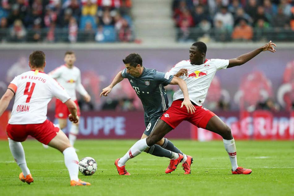Ibrahima Konaté (r.) brachte Liga-Topstürmer Robert Lewandowski mehrfach zur Verzweiflung.