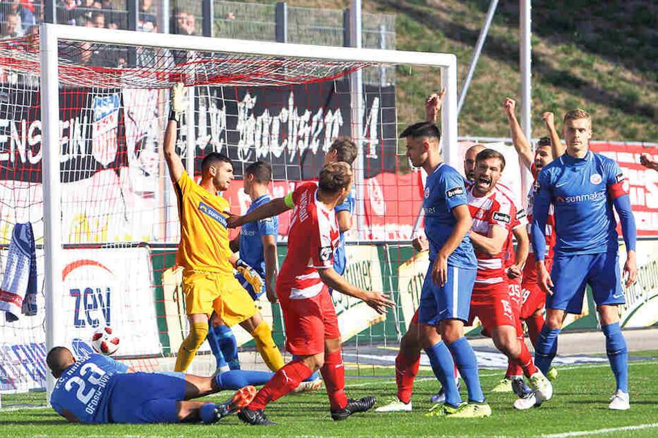 Szene aus dem Hinspiel gegen Rostock: Ronny König (verdeckt) trifft zum 1:0 für Zwickau.