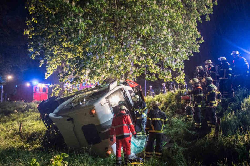 Bei dem dramatischen Einsatz waren zwei Feuerwehrzüge, ein Rettungs- sowie ein Notarztwagen im Einsatz.