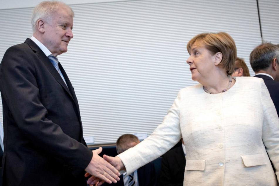 Horst Seehofer (CSU) und Angela Merkel (CDU) einigten sich am Montag auf Transitzentren.