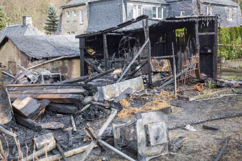 Brandstiftung? Großbrand vernichtet Schuppen und Carport mit Fahrzeugen