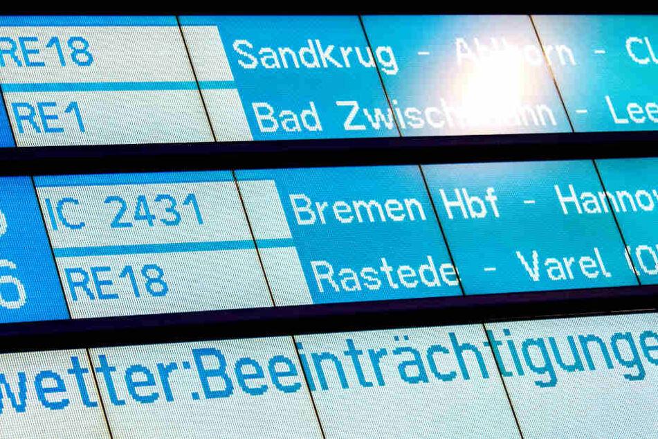 Eine Anzeigetafel am Hauptbahnhof warnt vor Beeinträchtigungen durch Unwetter