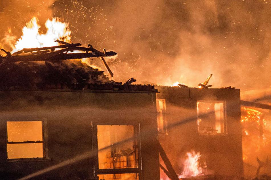 Die Brandursache war zunächst unklar. (Symbolbild)