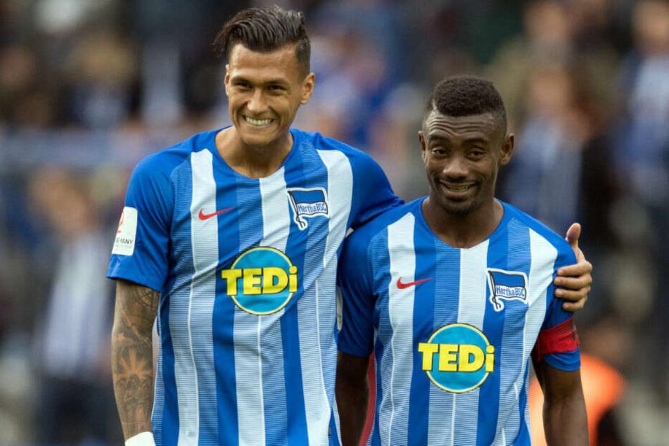 Davie Selke und Salomon Kalou nach dem Spiel gegen Borussia Mönchengladbach.
