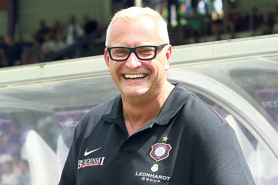 Trägt Geschäftsführer Michael Voigt schon das Begrüßungspräsent für den neuen Auer Trainer unterm Arm?