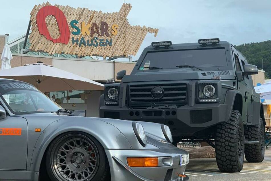 """Ob tief und schnell oder hoch und kraftvoll. Zur """"XS Cars'n'Coffe' kommen viele Highlights auf vier Rädern."""