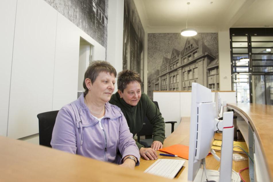 Die Amts-Damen Friedrun Forner (l.) und Petra Dolata gewöhnen sich allmählich  an ihren neuen Arbeitsplatz.