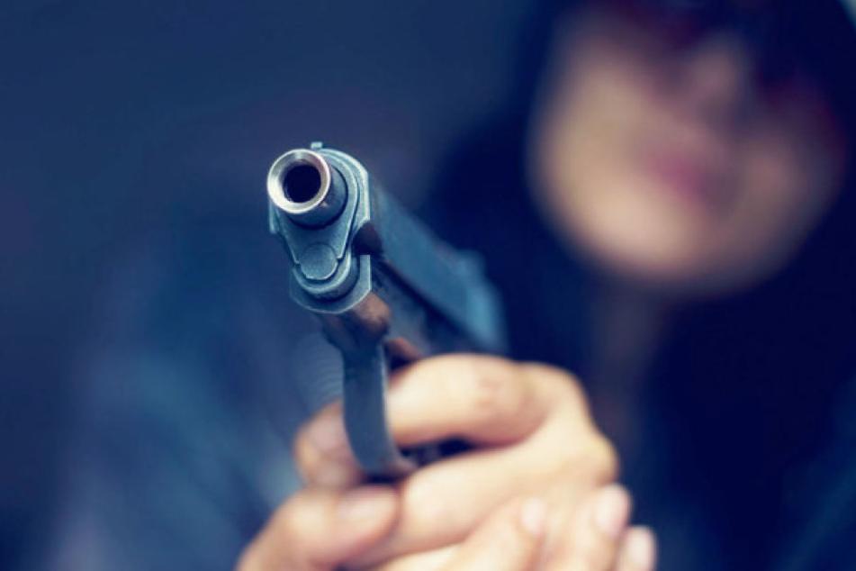 Mit vorgehaltener Schusswaffe drängte der Räuber die Verkäuferinnen in den Supermarkt zurück. (Symbolbild)