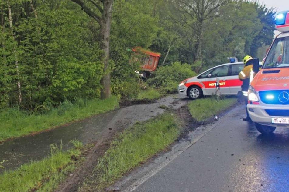 Der 40-Tonner kam nach dem Crash ebenfalls von der Straße ab und landete im Dickicht.