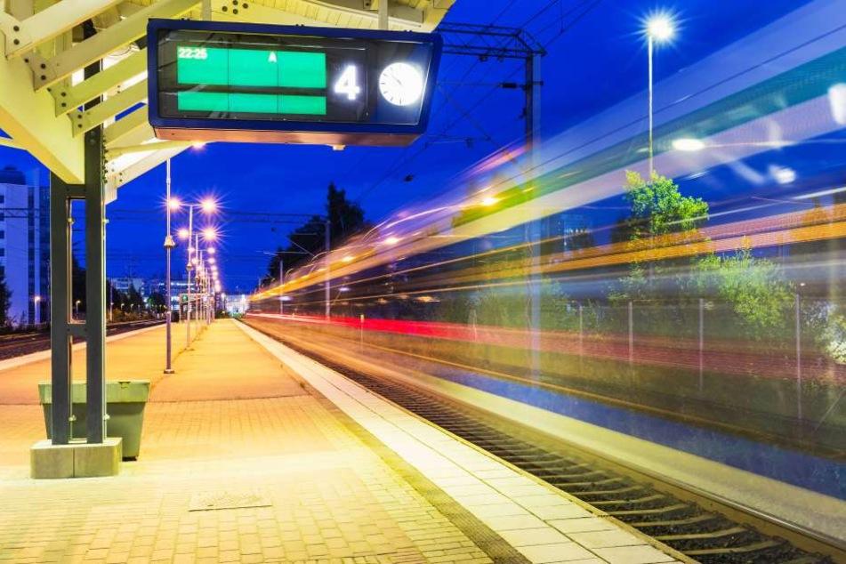 Fahrgäste der Deutschen Bahn warten stundenlang auf den Zug nach Düsseldorf (Symbolbild).