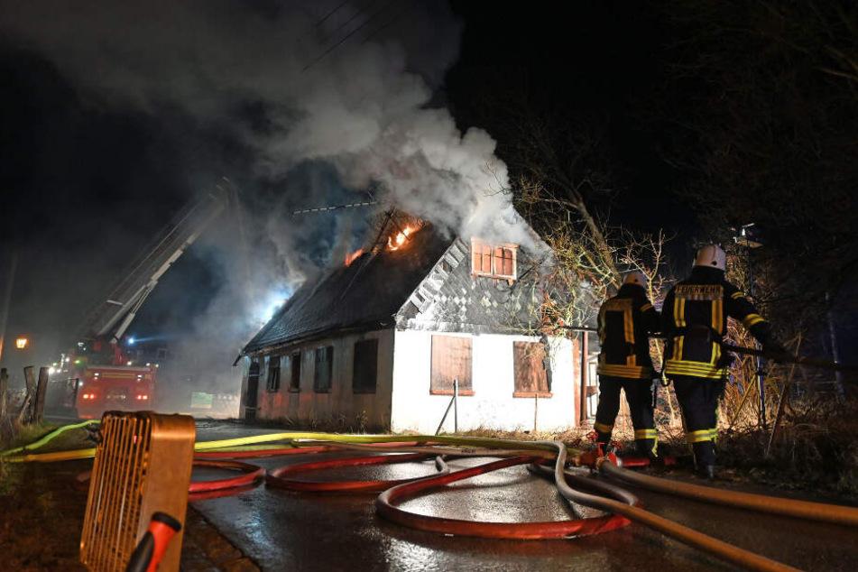 Die Feuerwehr rückte den Flammen mit Stahlrohren zu Leibe.