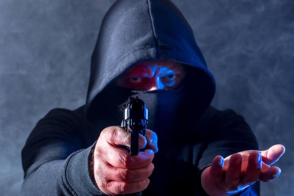 Beim Überfall auf die Tankstelle bedrohte der Täter den Angestellten mit einer Schusswaffe. (Symbolbild)