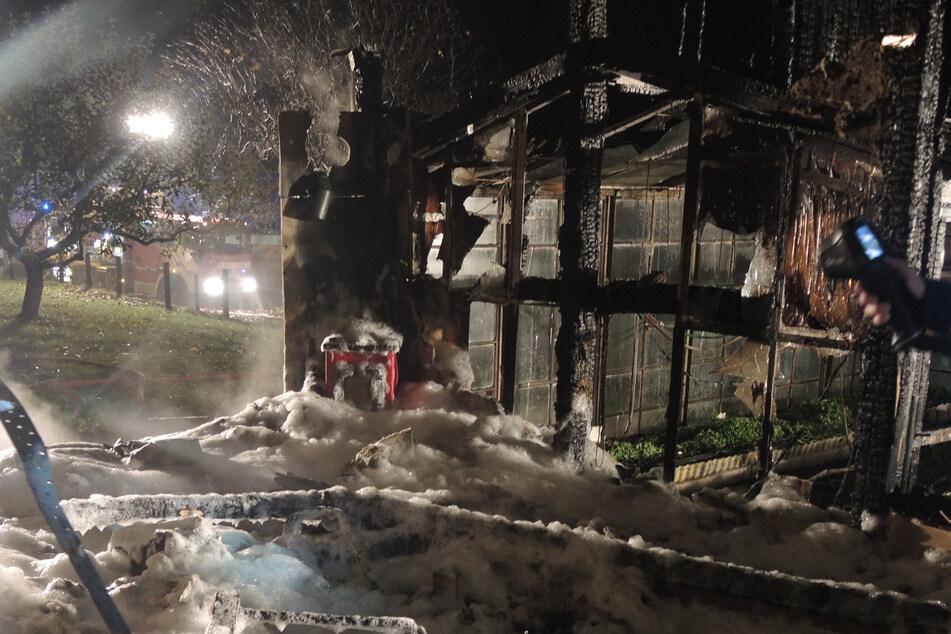 Kaminfeuer außer Kontrolle: Bungalow brennt vollständig nieder