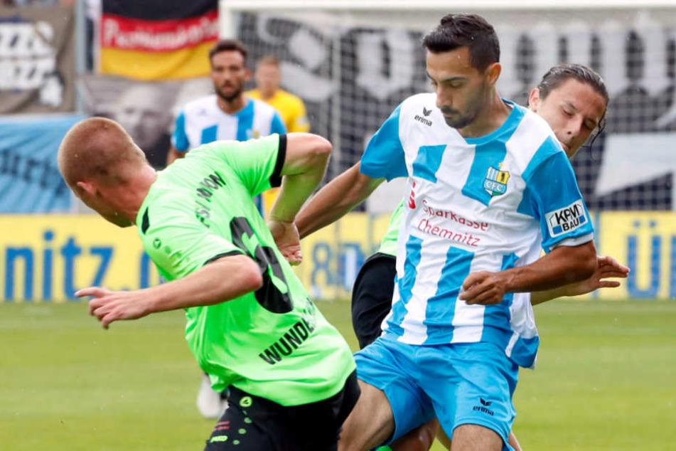 Rafael Garcia (r.) beim Heimspiel gegen Fürstenwalde im Zweikampf mit Ingo Wunderlich.