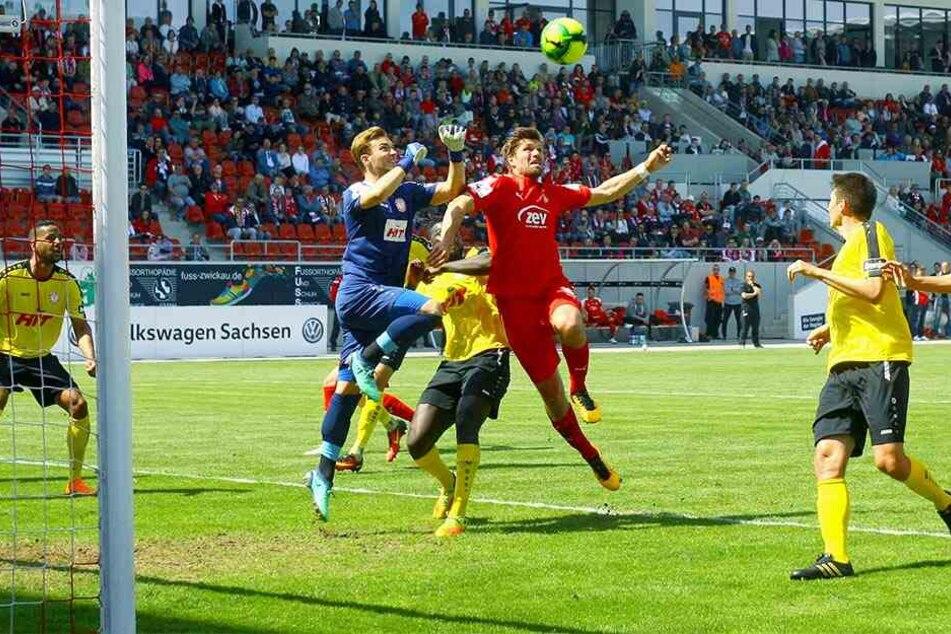 Ronny König (r., hier in der Vorsaison gegen Fortunas Ex-Keeper Tim Boss) wird am heutigen Samstag in Köln im Sturm nicht allein auf sich gestellt sein.