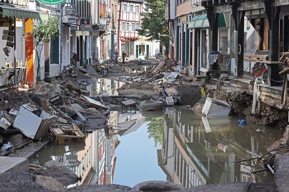 Wie hier im Ortskern von Bad Münstereifel wird es momentan vielerorts aussehen: Orte werden aufgeräumt und die Trümmer werden entsorgt.